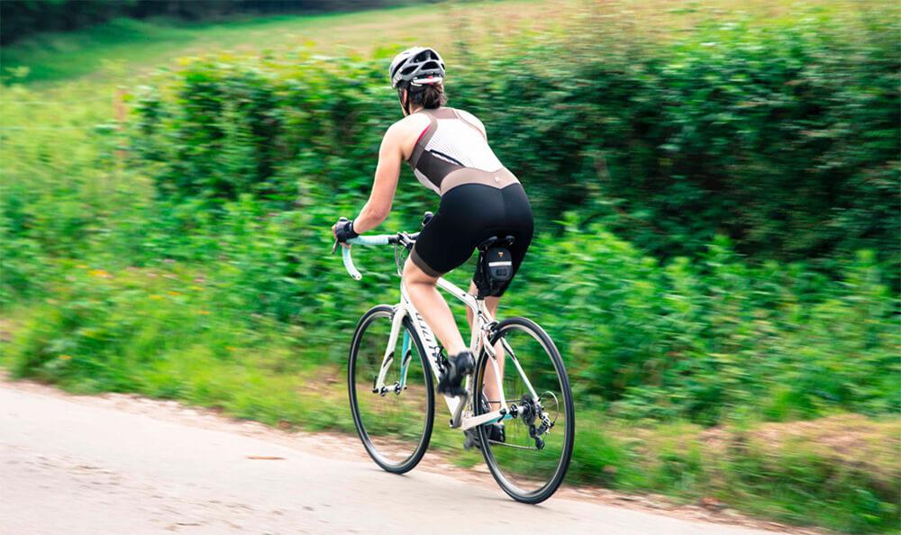 mulher-pedalar-com-calcinha-ou-sem